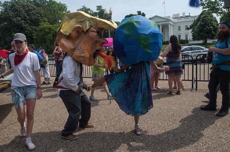 Las sátiras estuvieron presentes en desfile.