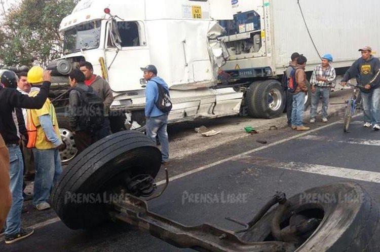 Tráiler involucrado en choque, en ruta Interamericana, también resultó con daños. (Foto Prensa Libre: Víctor Chamalé)