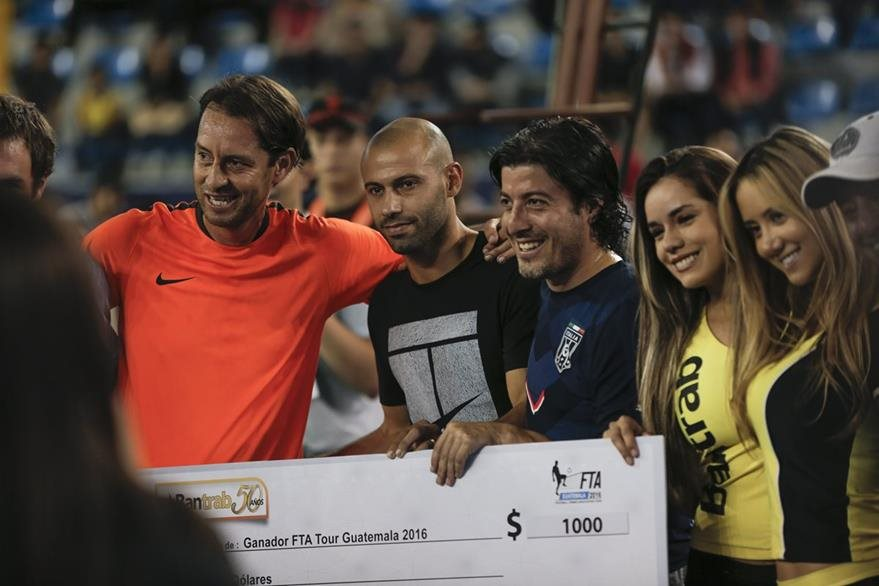 Mascherano se tomó fotografías con algunos aficionados en el Domo. (Foto Prensa Libre: Norvin Mendoza)