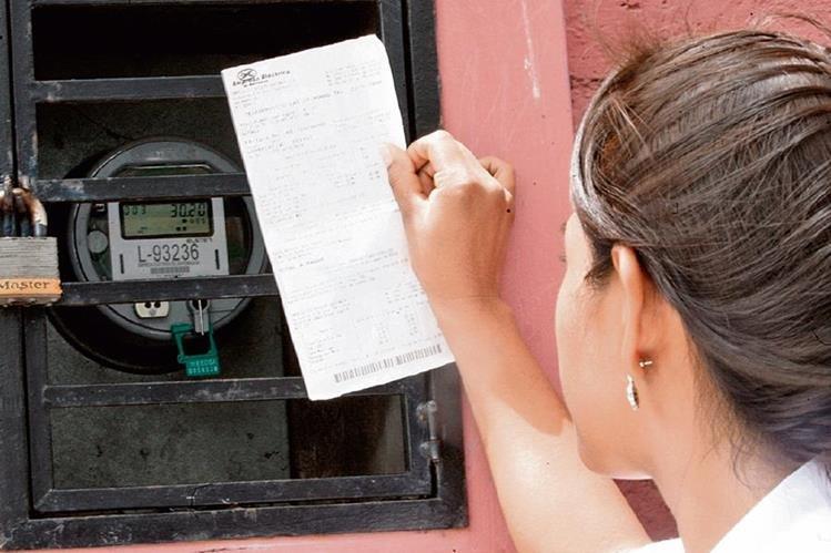 Las tarifas son fijadas por la CNEE con base a costos reportados por las distribuidoras Eegsa, Deorsa y Deocsa, que emiten cada mes una factura al usuario.