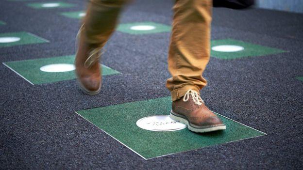 La energía que desprenden nuestros pasos puede usarse para activar sistemas eléctricos de la ciudad. (Foto Prensa Libre: Getty Images)