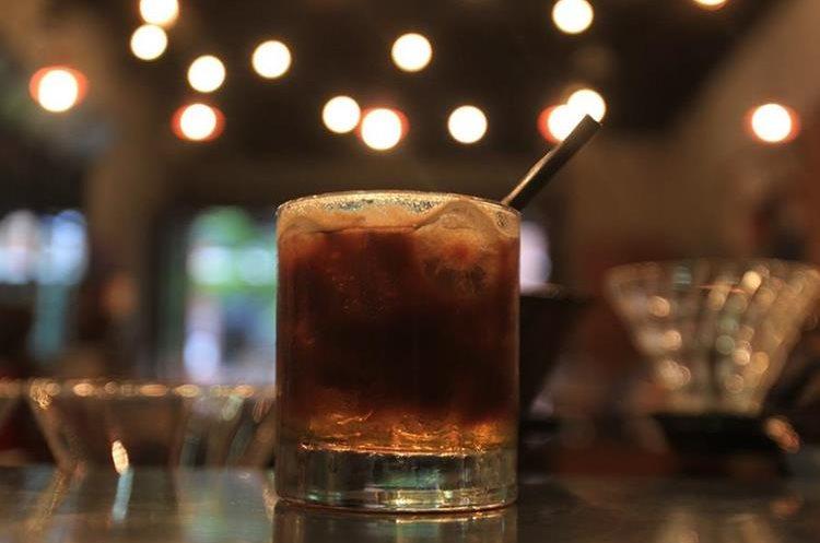 Si quiere algo más fuerte, el café mezclado con licor cítrico de Paradigma es ideal para usted. (Foto Prensa Libre: Anna Lucía Ibarra).