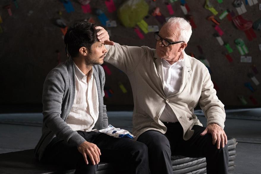 Garcia Bernal y Malcolm McDowell, quien interpreta a Thomas en la serie.