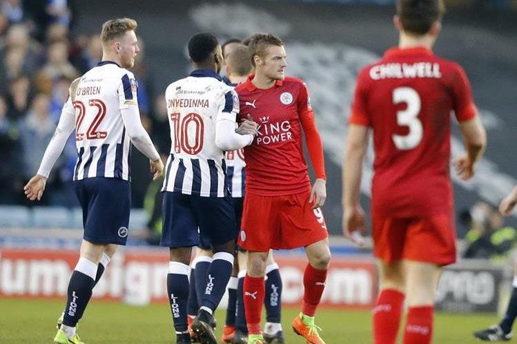 Jamie Vardy estrecha manos con los jugadores del Millwall luego de quedar eliminado en la FA Cup. (Foto Prensa Libre: AP)