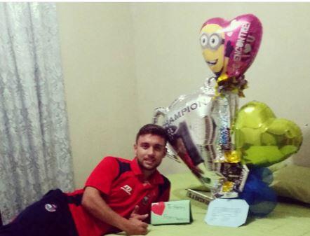Henry López muestra con alegría el arreglo enviado por su novia. (Foto Prensa Libre: Instagram Henry López)
