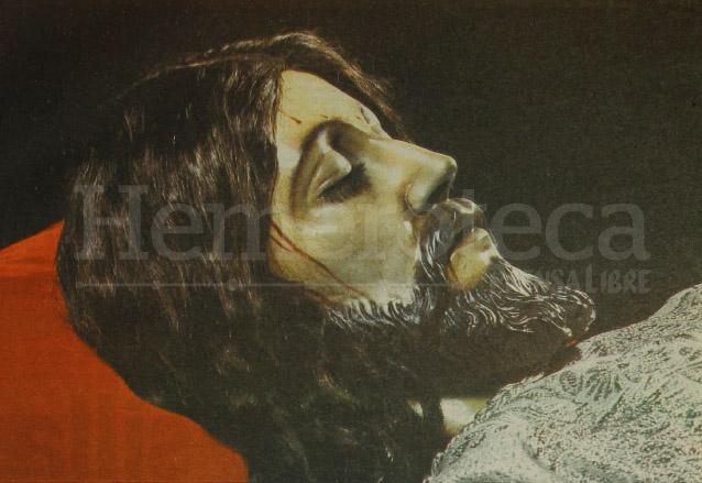 Fotografía del Santo Cristo Yacente del Calvario publicada en Revista Domingo en noviembre de 1989. Se aprecia su tez clara. (Foto: Hemeroteca PL)