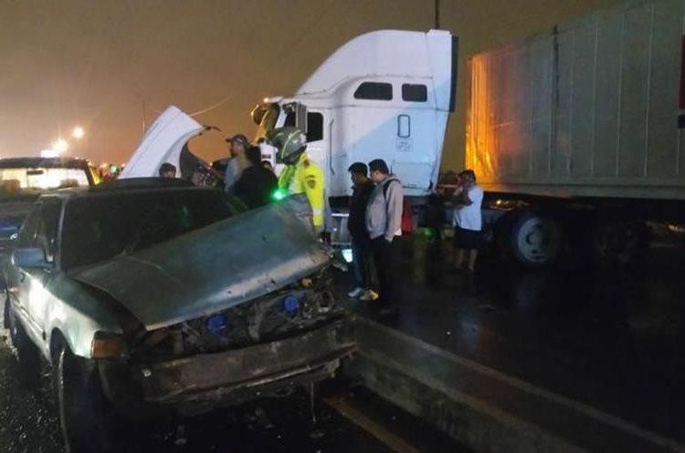 Lluvia y alta velocidad produjeron dos colisiones en cadena. (Foto Prensa Libre: Cruz Roja)