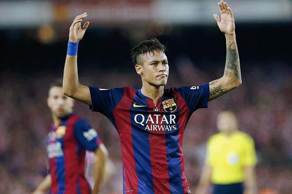 El fichaje del delantero brasileño, Neymar con el FC continúa dando polémica. (Foto Prensa Libre: EFE)