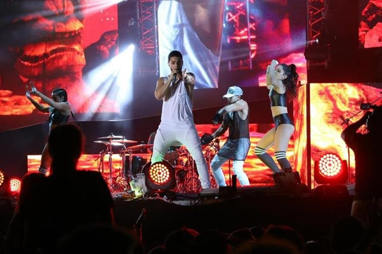 El intérprete colombiano Maluma inauguró el Gallo Evolution, como parte de los concierto de verano. (Foto Prensa Libre: Carlos Paredes)
