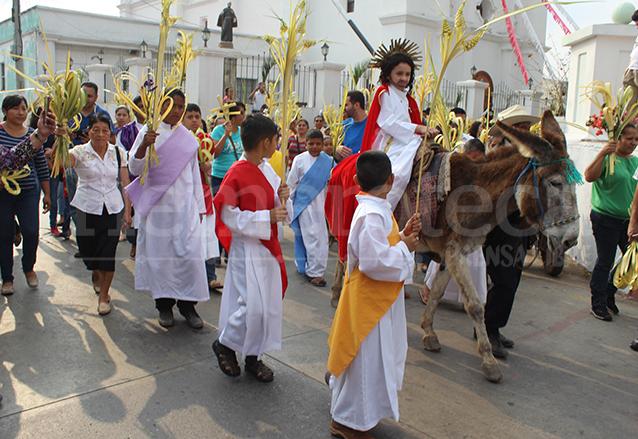 Niños representan vestidos de los apóstoles, la entrada triunfal de Jesús en Jerusalén, en Jutiapa. (Foto: Hemeroteca PL)