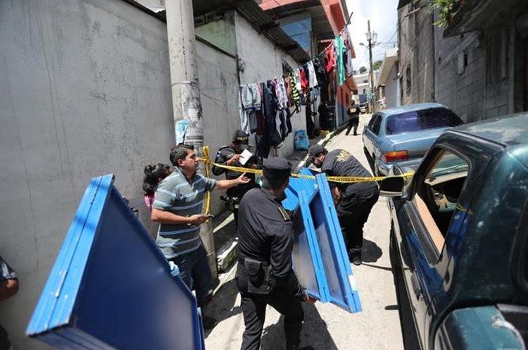 Fiscales del Ministerio Público efectúan las pericias respectivas en el lugar donde una mujer fue ultimada, en la zona 21. (Foto Prensa Libre: Érick Ávila)