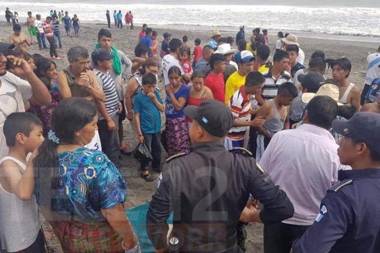 Curiosos observan el cadáver de la persona que murió ahogada en Ocós, San Marcos. (Foto Prensa Libre: Cortesía).
