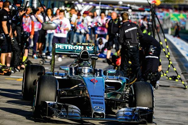 El piloto alemán de Fórmula Uno Nico Rosberg, de Mercedes AMG, dirige su monoplaza durante los entrenamientos libres en el circuito de Albert Park en Melbourne (Foto Prensa Libre: EFE)