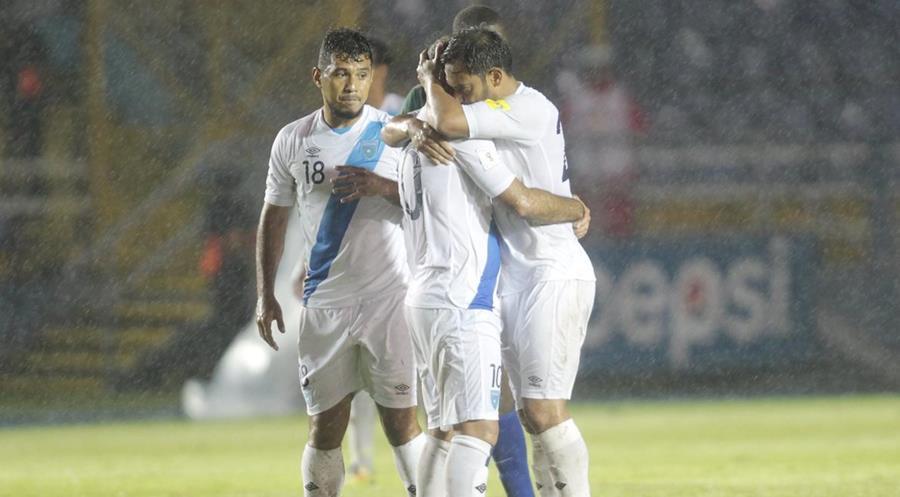La Selección Nacional derrotó 9-3 a San Vicente y las Granadinas la noche que Carlos Ruiz disputó su último partido con la azul y blanco. (Foto Prensa Libre: Hemeroteca)