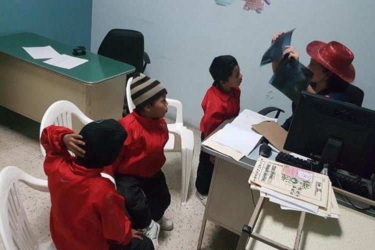 Trillizos son examinados durante una jornada especial de otorrinolaringología en el IGSS (Foto Prensa Libre: IGSS)