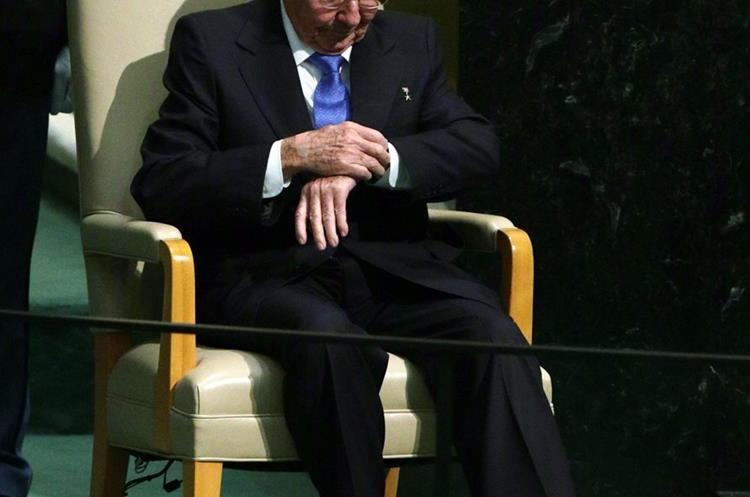 MCX52. NUEVA YORK (EE.UU), 28/09/2015.- El presidente cubano Raúl Castro mira su reloj hoy, lunes 28 de septiembre de 2015, durante la Asamblea General de la ONU que se celebra en su sede en Nueva York (Estados Unidos). Gobernantes como el estadounidense Barack Obama comparten tribuna desde hoy y durante esta semana con otros dirigentes que se estrenan en este debate, como el cubano Raúl Castro y el chino Xi Jinping. EFE/JASON SZENES
