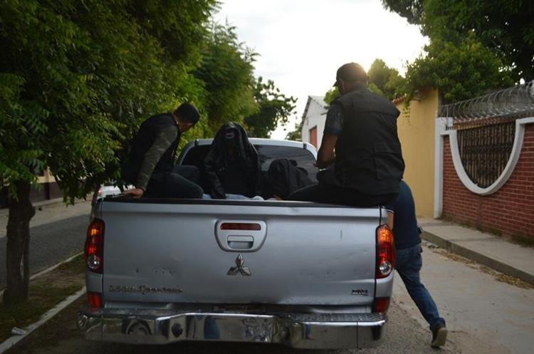 Al salir de la audiencia los agentes fueron trasladados en un picop. (Foto Prensa Libre: Mario Morales)
