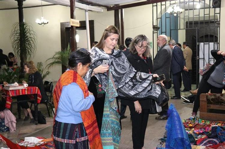 Cónsules admiraron el trabajo de las mujeres tejedoras del occidente del país. (Foto Prensa Libre: María Longo)