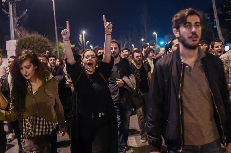 """Partidarios del no en el referendo constitucional celebrado en Turquía piden anulación de resultados por """"fraude"""". (AFP)"""
