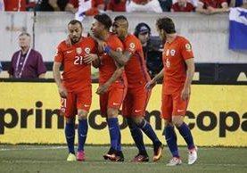 Jugadores de Chile festejan luego que Eduardo Vargas consiguiera una de las dos anotaciones que consiguió frente a Panamá. (Foto Prensa Libre: AFP)