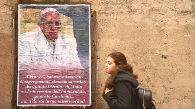 Carteles como este criticando al Papa aparecieron en las calles de Roma. GETTY IMAGES
