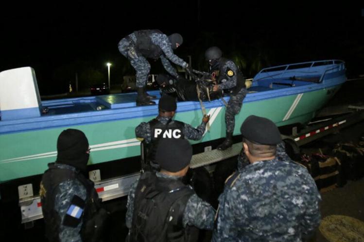 Lancha en la que fue decomisada la cocaína. (Foto Prensa Libre: Cortesía PNC).