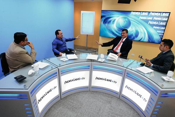 Urias Gamarro, Alejandro Ceballos, Representante del sector textil en Guatemala, Guillermo Castillo, de la Cámara de Comercio y Ben Kei Chin, conversan durante el Programa de Diálogo Libre. (Foto Prensa Libre: Edwin Bercián)