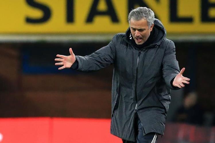 Mourinho espera con los brazos abiertos al goleador chileno Alexis Sánchez. (Foto Prensa Libre: AFP)