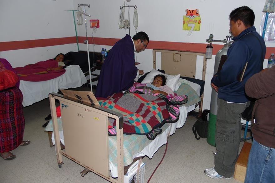 Un sacerdote visita a pacientes del Hospital Nacional de Chimaltenango. (Foto Prensa Libre: José Rosales)