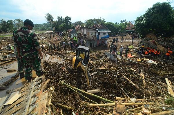 Rescastistas busca entre los escombros a  víctimas de ls inundación.(AP).