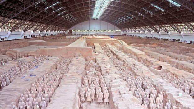 Qin fue enterrado en un enorme mausoleo, que no ha sido abierto hasta la fecha, rodeado de los soldados de terracota. ALAMY