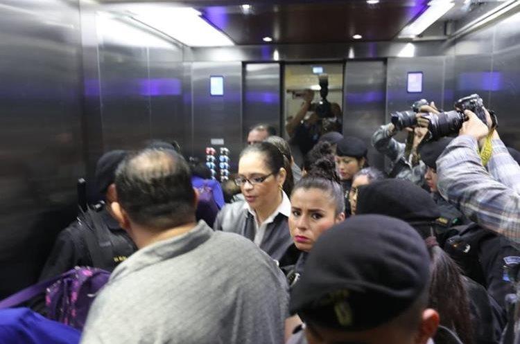 Los custodios la llevaron hasta el nivel 13 pero fueron notificados que la audiencia sería en la mega sala, ubicada en la 20 calle y 9na. avenida zona 1, a una cuadra de la Torre de Tribunales.