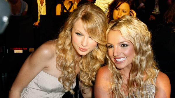 Britney Spears y Taylor Swift coincidieron en la entrega de los premios MTV en el 2008. (Foto Prensa Libre: YouTube)