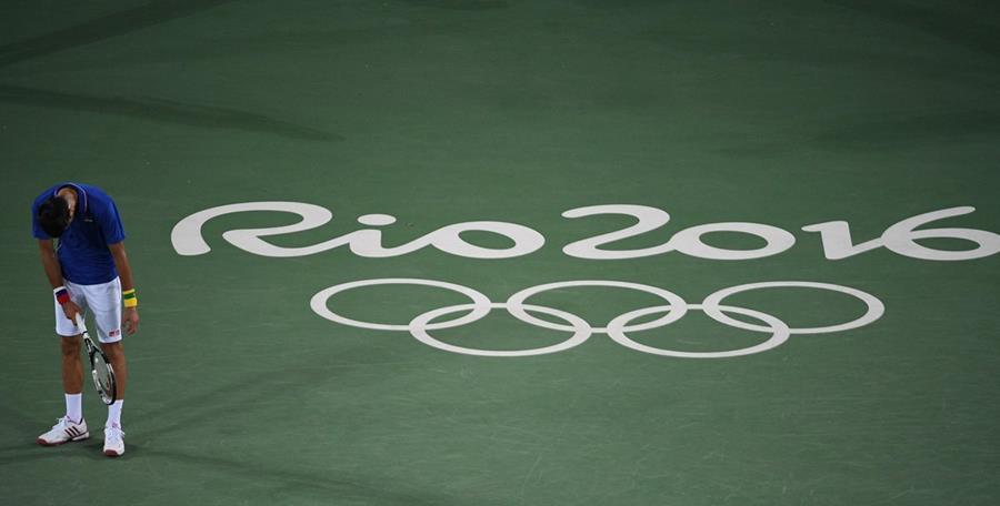 Novak Djokovic no ocultó su desilusión luego de despedirse de los Juegos Olímpicos de Río 2016. (Foto Prensa Libre: AFP)