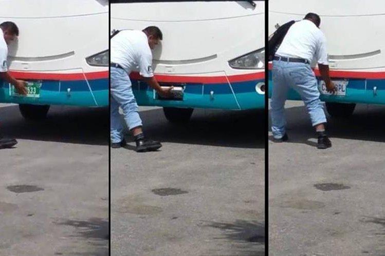 Un hombre rota las placas de circulación de un autobús, captado en un paso fronterizo entre Belice y Petén. (Foto Prensa Libre: Facebook)