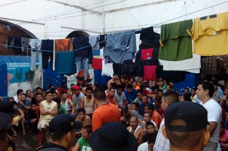 Los reos, durante la requisa son custodiados por agentes policiales. (Foto Prensa Libre: Rolando Miranda)