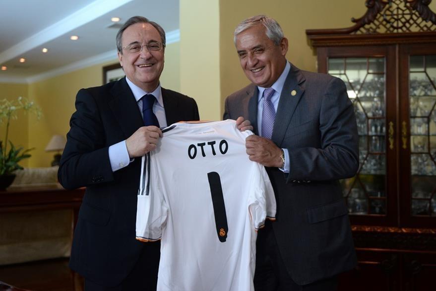 El presidente del Real Madrid regaló en junio de 2014 una camisola a Pérez Molina. Estaba en un chalet en Santa Rosa. (Foto Prensa Libre: Hemeroteca PL)