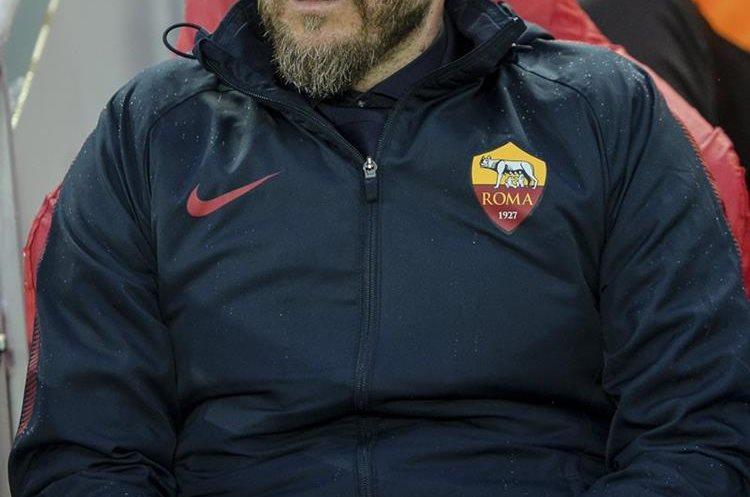 El entrenador de la AS Roma, Eusebio Di Francesco, observa el partido de ida de semifinales de la Liga de Campeones. (Foto Prensa Libre: EFE)