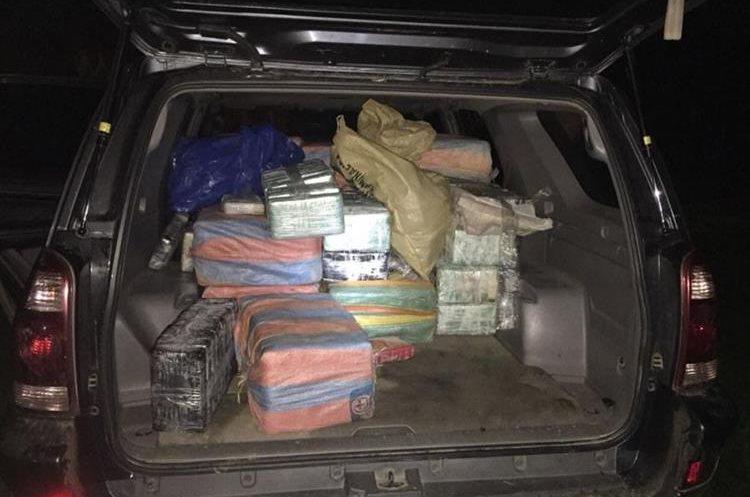 Vehículo incautado a supuestos narcos en Izabal, con posible ilícito en su interior. (Foto Prensa Libre: PNC)