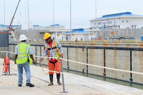 Trabajadores dan últimos acabados en la esclusa Cocolí, próximo a inaugurar. (EFE).