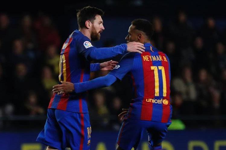 El argentino Lionel Messi celebra junto al brasileño Neymar después de anotar el gol del empate del FC Barcelona de visita al Villarreal. (Foto Prensa Libre: AFP)