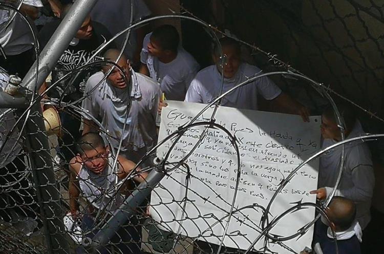 En esta cartulina los internos pertenecientes a la pandilla del Barrio pedían su traslado. (Foto Prensa Libre: Estuardo Paredes)