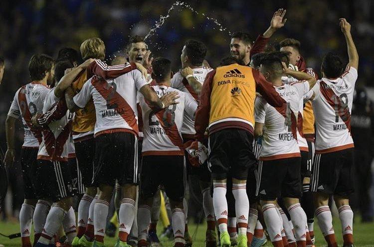 Así celebraron los jugadores de River Plate después de vencer a su eterno rival, el Boca Juniors. (Foto Prensa Libre: AFP).