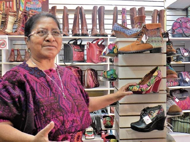 Manuela Tecún Xon, una de las propietarias de la empresa Makario´s Artesanos, de Panajachel, muestra la diversidad de sus diseños.(Foto Prensa Libre: Ángel Julajuj)