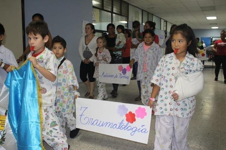 Al terminar el desfile, los niños se reunieron para participar en un acto cívico. (Foto Prensa Libre: Hospital San Juan de Dios)