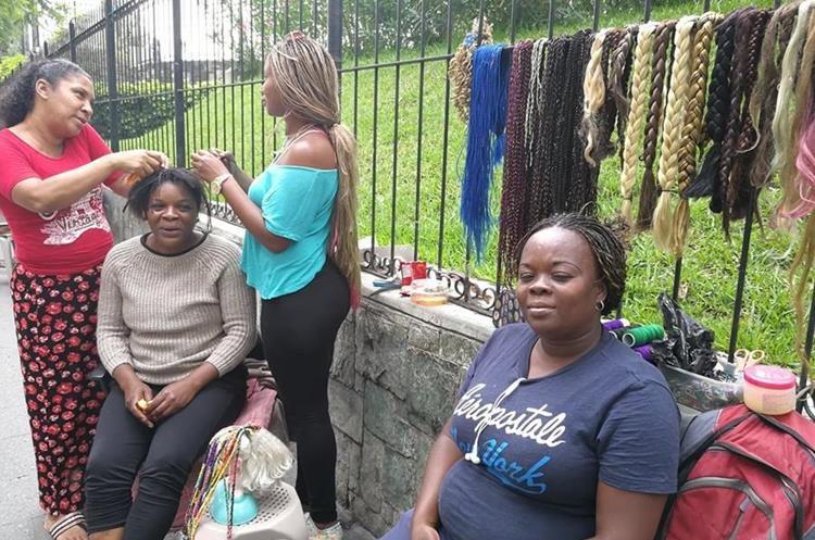 Los visitantes del Paseo de la Sexta pueden trenzarse el cabello. (Foto Prensa Libre: César Pérez)