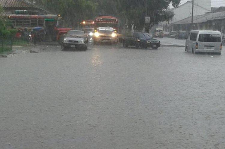 La fuerte lluvia impidió que los automovilistas circularan por varios minutos. (Foto Prensa Libre: Cortesía)