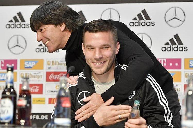 Lukas Podolski es felicitado por el técnico Joachim Loew durante la conferencia de prensa que ambos realizaron, previo al duelo frente a Inglaterra. (Foto Prensa Libre: AP)