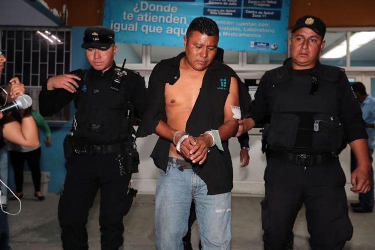 Patricio Rodríguez Gerónimo, piloto del tráiler, sale del Hospital Roosevelt al juzgado de Turno en Mixco. (Foto Prensa Libre: Álvaro Interiano)