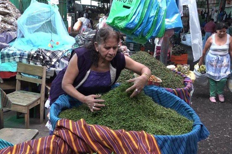 Chiqui de Fuentes tienen más de cinco décadas de vender en el mercado La Terminal. (Foto Prensa Libre: Juan Carlos Rivera).